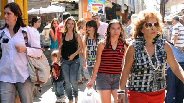 Mulheres caminhando em rua brasileira, em foto de arquivo