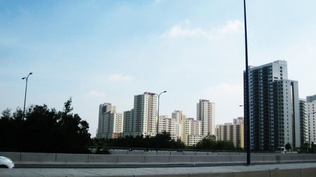 Khu đô thị mới Thủ Thiêm ở TPHCM được lên quy hoạch tổng thể từ 1993, nằm trong bán đảo Thủ Thiêm, đối diện với trung tâm quận 1 qua sông Sài Gòn, gồm các phường An Khánh, Thủ Thiêm, An Lợi Ðông, một phần phường Bình An, Bình Khánh thuộc địa bàn quận 2.