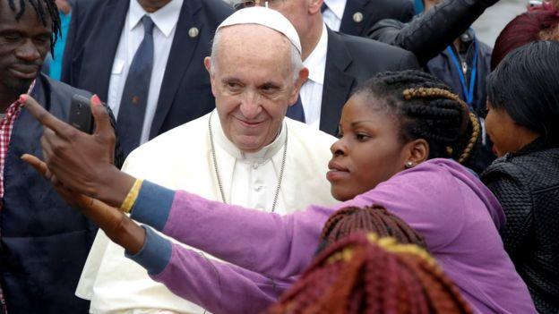Mulher tira selfie com o papa Francisco