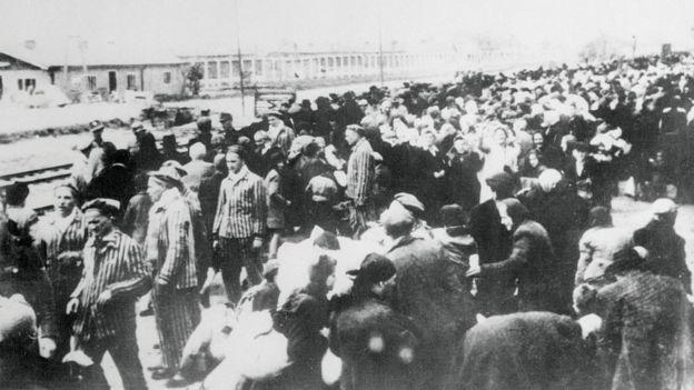 Foto tirada pelos nazistas mostra uma leva de prisioneiros levados ao campo de concentração de Auschwitz