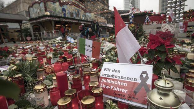 Homenagem a vítimas de atentado terrorista em mercado de Natal de Berlim