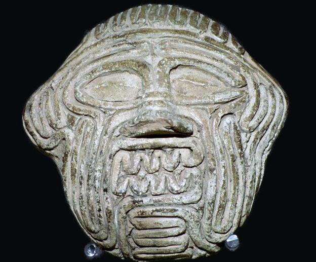 máscara de arcilla con el rostro de Humbaba de la ciudad de Sippar, de la Baja Mesopotamia, hoy en día Irak.