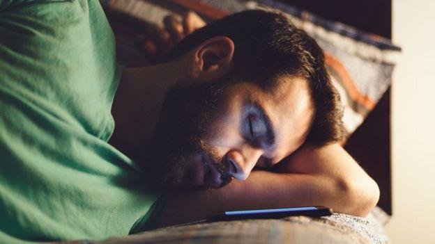 durmiendo junto al celular