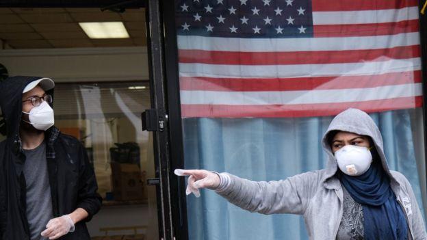 أمريكيان يرتديان معدات واقية في الشارع