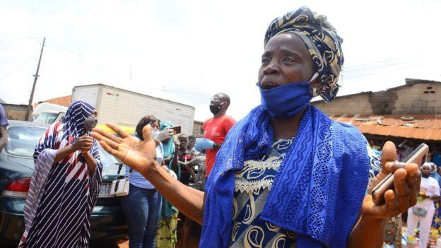 Kvinna på marknaden i Lagos delstat, Nigeria