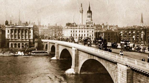 Una imagen en sepia de uno de los puentes de Londres