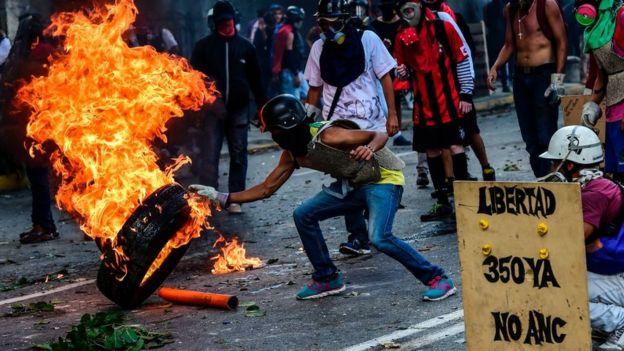 Personas protestando en las calles de Caracas.