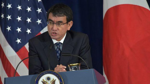 Ngoại trưởng Nhật Taro Kono tại cuộc họp báo chung với Ngoại trưởng Mỹ Rex Tillerson và Bộ trưởng Quốc phòng Mỹ James Mattis ở Washington D.C. hôm 17/8.