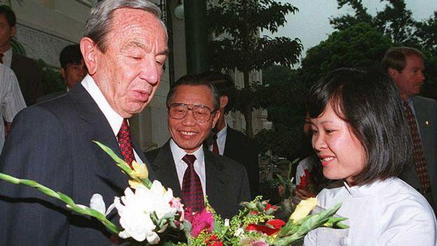 Ngoại trưởng Mỹ Warren Christopher thăm Hà Nội năm 1995, mở đầu mối quan hệ ngoại giao tái lập