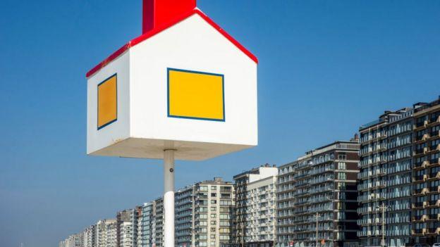 Рост цен на жилье делает богаче тех, у кого есть недвижимость, и беднее - тех, у кого ее нет