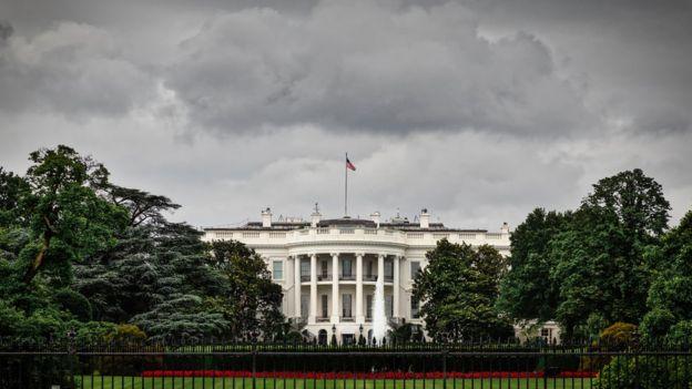 A Casa Branca sob nuvens carregadas