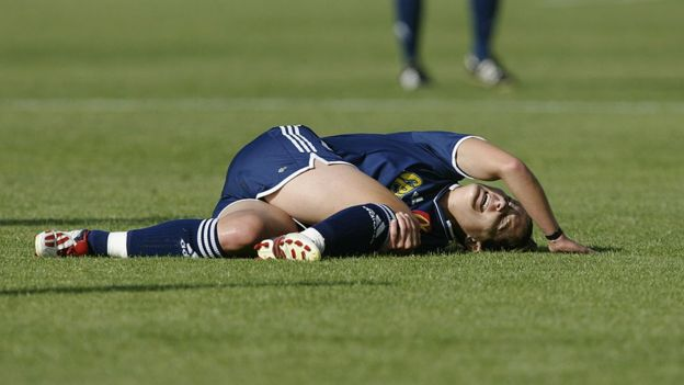 Una jugadora japonesa tirada en el césped