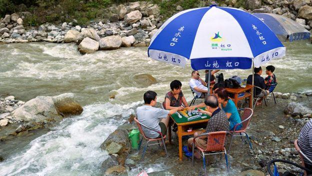 Bir nehirde oyuncu Mahjong