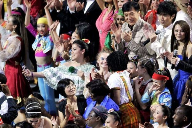 2010年上海世博會,香港明星成龍與一眾外國藝人在一起。