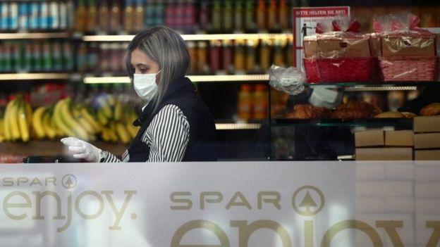 در اتریش از امروز زدن ماسک در فروشگاهها اجباری شد
