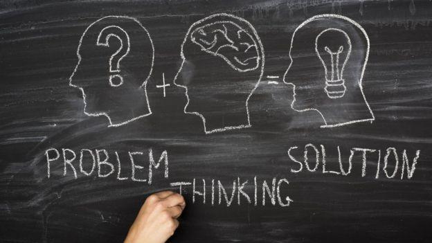 Pizarra con dibujos de problemas, pensamiento y solución