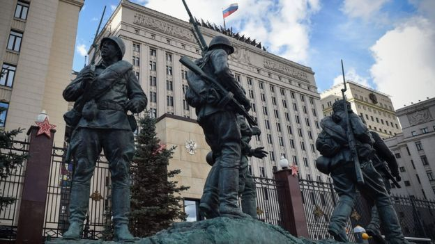 Statues of soldiers outside the Russian defence ministry's headquarters in Moscow (18 September 2018)