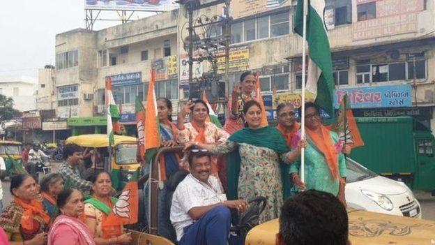 Perayaan di jalan-jalan di Delhi dan Mumbai mendukung pencabutan status Kashmir.