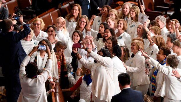 Congresistas mujeres tomándose fotos