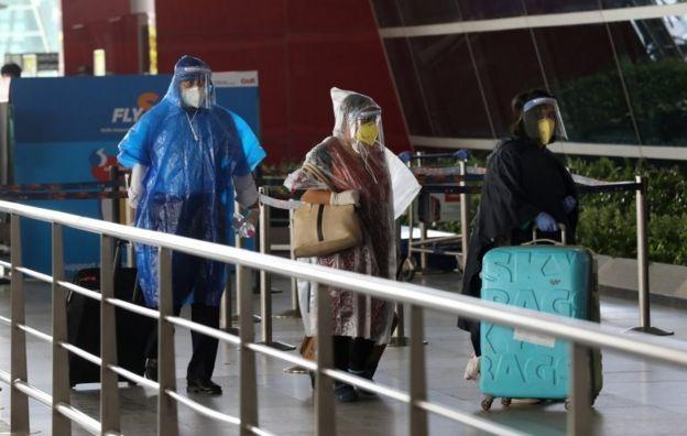 به دنبال از سرگیری پروازهای داخلی در هند، مسافران با ماسک و وسایل محافظت شخصی در فرودگاه دهلی حاضر شدند