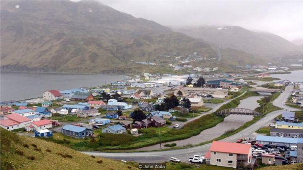 美國偏遠的島嶼烏納拉斯卡島位於北太平洋與白令海(Bering Sea)的交匯處,跨越了北美向亞洲西伯利亞過渡的邊界海域。這個島比夏威夷更靠西;它位於東亞的尖端,是阿拉斯加州(Alaska)最偏遠和獨特的社區之一。