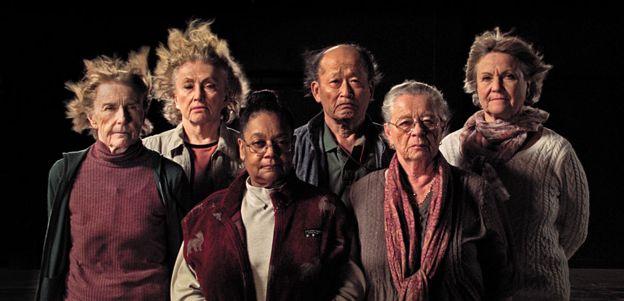 """Sobrevivientes del experimento (de izquierda a derecha): Mary Gidley, Edna Reves, Fé Seymour, Eisuke Yamaki, Maria Björnstam y Servane Zanotti, en el documental """"La Balsa"""" de Marcus Lindeen."""