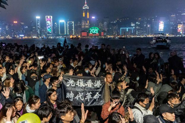 Người ủng hộ dân chủ Hong Kong xuống đường trong lễ đếm ngược chào 2020
