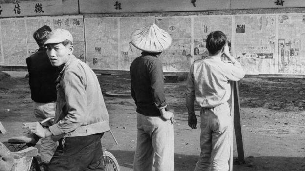 戒严时代,台湾民众在布告栏前阅读经政府核准发行的报纸。