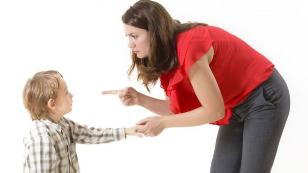 Mujer regaña a su hijo