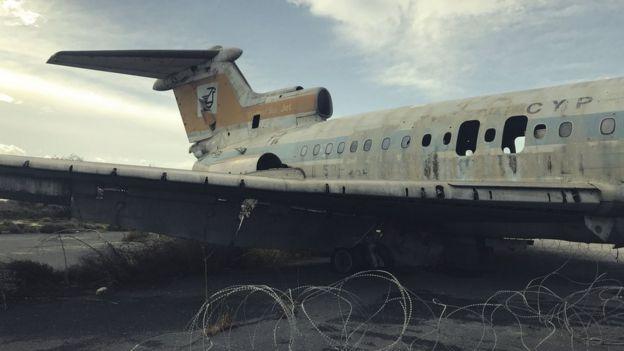 Avión abandonado en el aeropuerto de Nicosia.