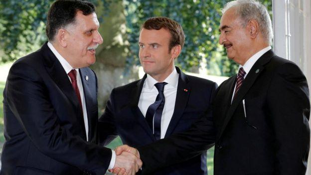Emmanuel Macron (centro) ha tratado de mediar entre Sarraj (izquierda) y Haftar (derecha).