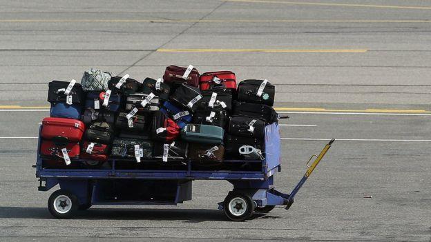 Un carro de maletas aguarda a ser recogido en el aeropuerto de Long Island MacArthur Islip