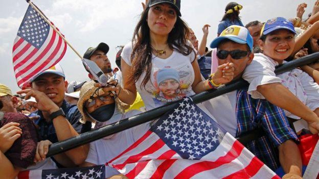 Một người tham gia buổi hòa nhạc AID LIVE cầm lá cờ Hoa Kỳ