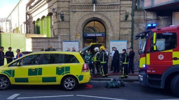 Servicios de emergencia frente a la estación de Parsons Green