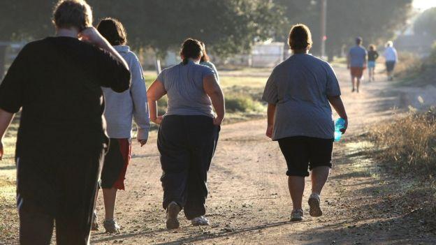 Yürüyüş yapan insanlar