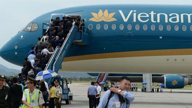 Các quan chức Việt NAm lên chiếc Airbus A350-900 XWBC đầu tiên đến Việt Nam hôm 2/7/2015