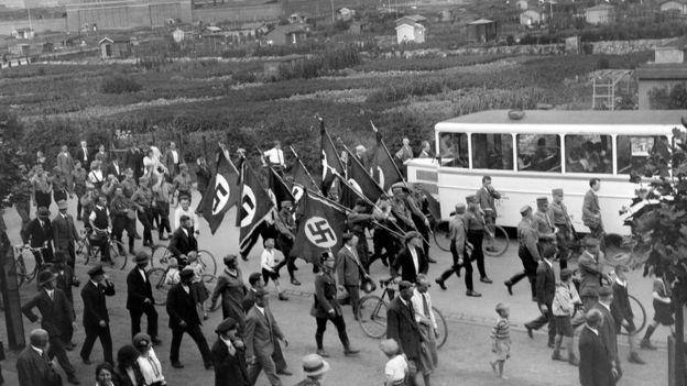 Marcha nazista fotografada por Karl Niemann