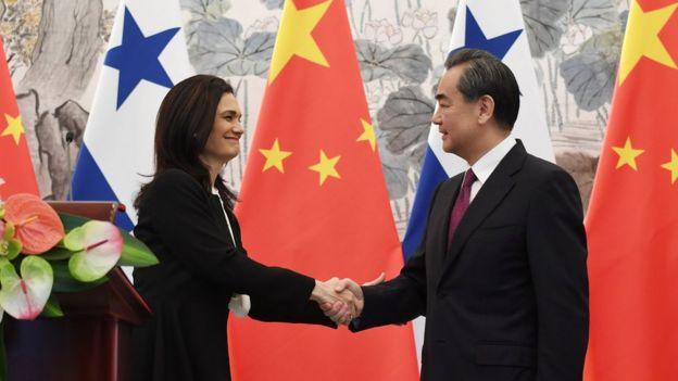 中国外长王毅(右)和巴拿马副总统兼外长伊莎贝•德圣马洛(左)