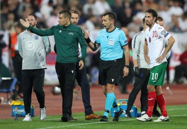 El árbitro, oficiales de UEFA y jugadores de Bulgaria