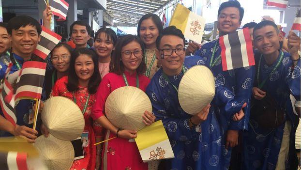 Các bạn trẻ Việt Nam từ nhiều giáo sứ các vùng miền tới Thái Lan để gặp Giáo Hoàng