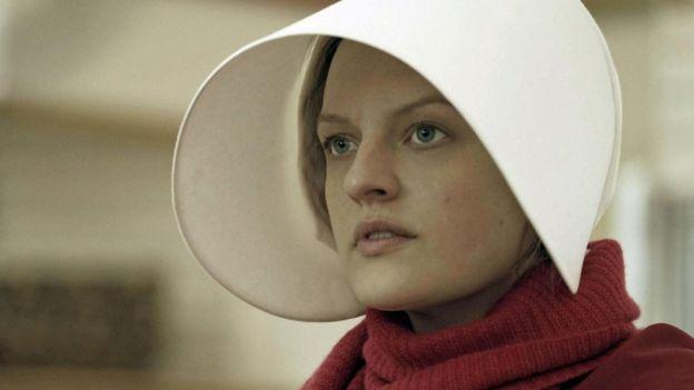 Elisabeth Moss interpreta Offred
