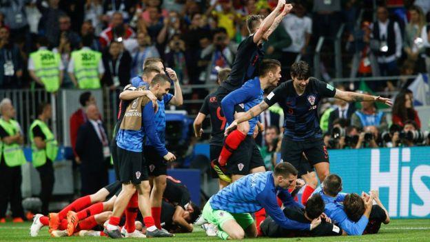 Jugadores de Croacia celebran su triunfo contra Inglaterra