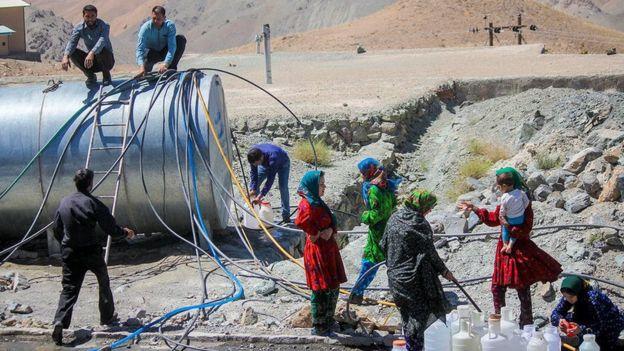 آبرسانی به روستایی در خراسان جنوبی. در این منطقه هزار و ۲۰۰ رشته قنات در سالهای اخیر خشک شده است.
