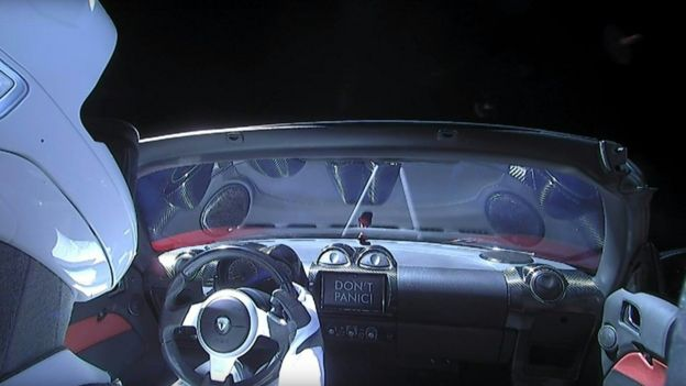 Una vista del auto en el espacio