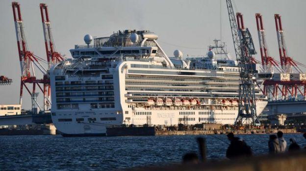 En febrero, el crucero Diamond Princess fue puesto en cuarentena frente a las costas de Japón, donde más de 700 personas de los 3.700 pasajeros a bordo dieron positivo. Esto, sumado a otros factores, hizo que muchos pensaran que Japón podría convertirse en un epicentro del brote.