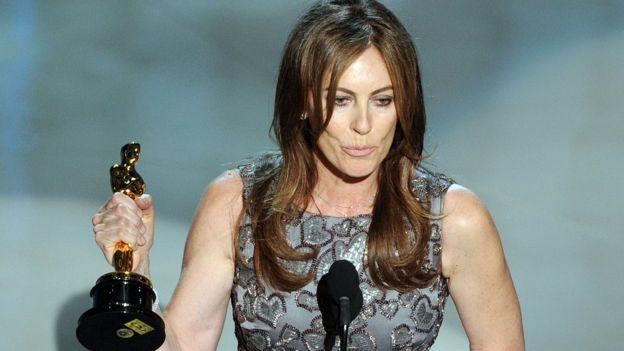 Kathryn Bigelow recogiendo el OScar a mejor dirección en 2009