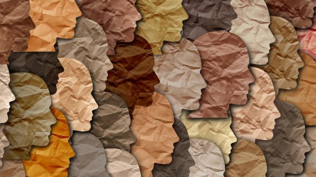Caras de papel de diferentes colores.