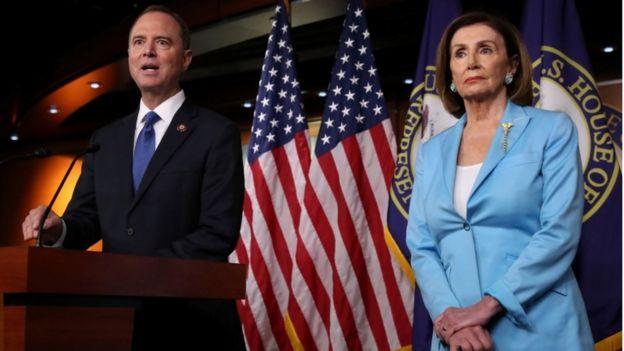 El director del Comité de Inteligencia de la Cámara de Representantes, Adam Schiff, y la presidenta de la Cámára, Nancy Pelosi hablan sobre la investigación para un juicio político