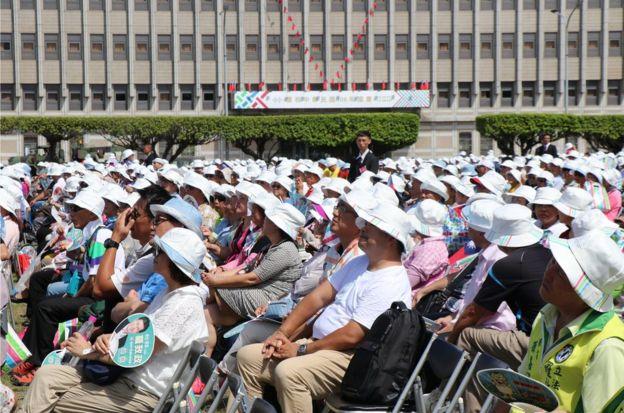 跟过往相比,手持青天白日旗的观礼群众明显少了许多