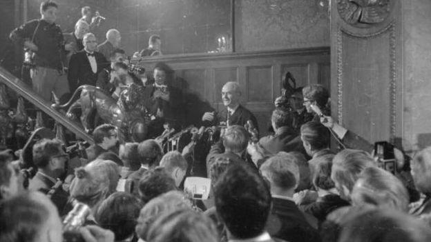 Albert Speer gặp báo chí sau khi ông được thả ra khỏi Nhà tù Spandau ở Berlin